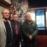 De gauche à droite : Jean-François Le Corre, directeur de la société Vivement Lundi ! et producteur de la série « Shoot !» , Jean-Claude Hillion, Président de Ligue Bretagne Football et Hubert Beasse, réalisateur de la série «Shoot !». — Unidivers.fr